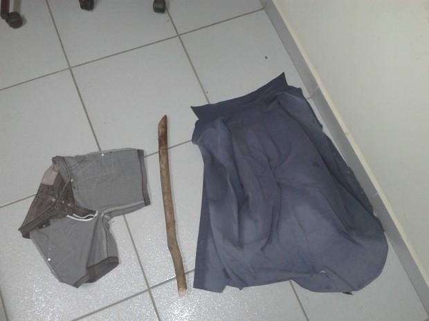 Roupas do suspeito e da vítima foram encaminhadas até a delegacia (Foto: Dione Aguiar / G1)