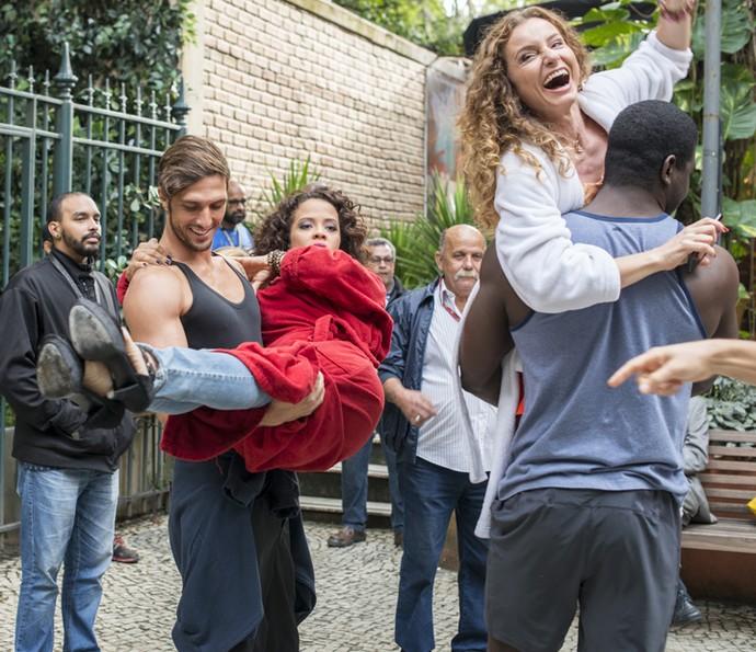 Aline Borges e Carolyna Aguiar brincam com os 'saradões' que participaram do episódio 'Miss Bairro de Fátima' (Foto: Ellen Soares/Gshow)