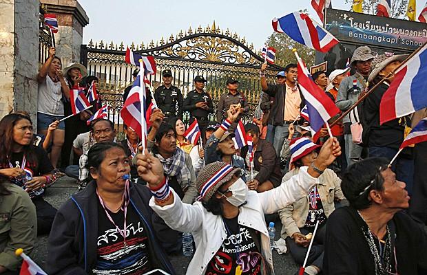 Manifestantes bloqueiam entrada em um dos colégios eleitorais em Bangcoc em protesto contra as eleições antecipadas deste domingo (26). (Foto: Athit Perawongmetha/Reuters)