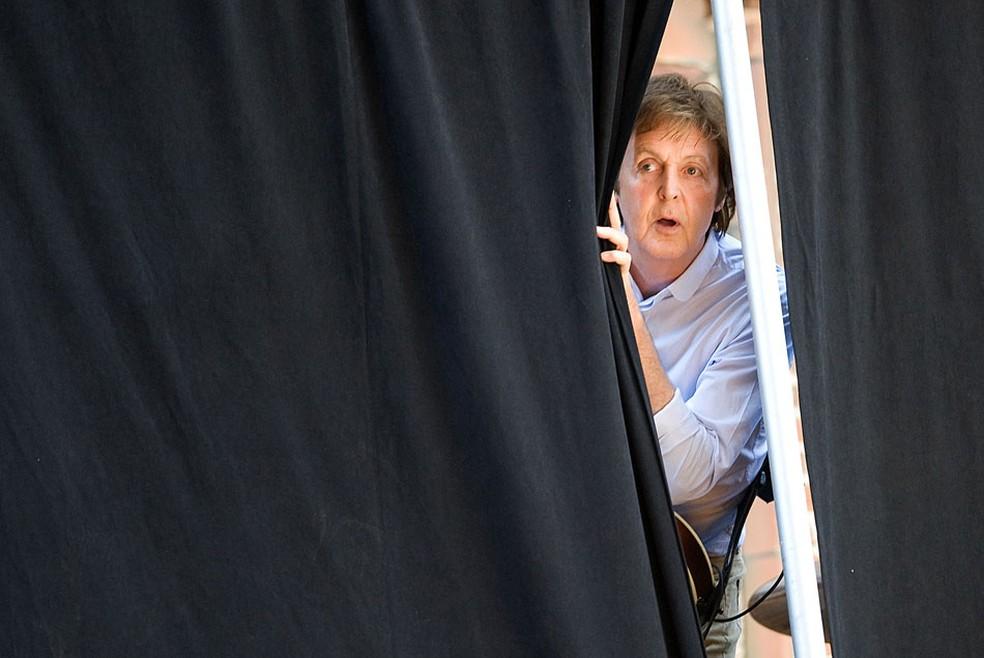 Paul McCartney olha através das cortinas durante os ensaios para gravação do 'Show The Late with David Letterman' em 2009 (Foto: Charle Sykes/AP)