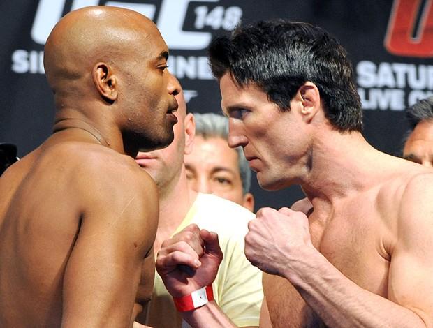 Anderson Silva e Sonnen na pesagem do UFC (Foto: AP)