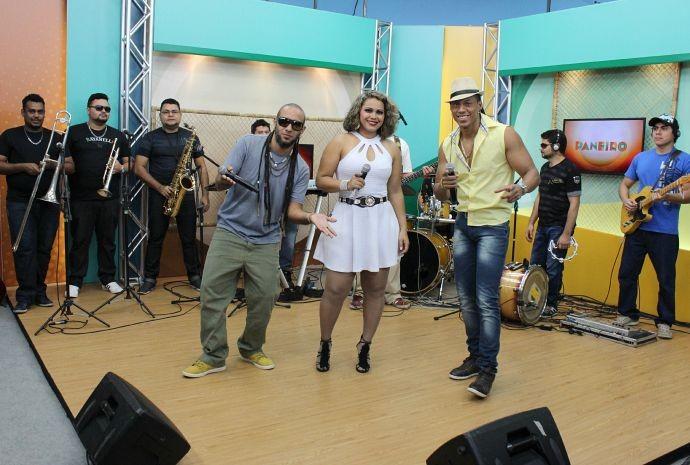 Cabocrioulo canta ao lado da banda Rabo de Vaca (Foto: Katiúscia Monteiro/ Rede Amazônica)
