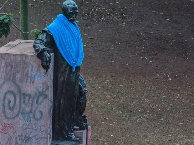 Estátua recebe um cobertor em manhã fria em São Paulo (Foto: Fernando Nascimento/Sigmapress/Estadão conteúdo)