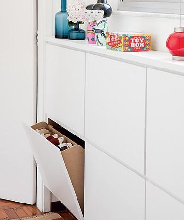 Embaixo da janela do closet deu para instalar a sapateira revestida de laminado. Com 18 cm de profundidade, é suficiente para pôr os sapatos em pé nas gavetas basculantes de 65 x 42 cm cada uma (Foto: Edu Castello)