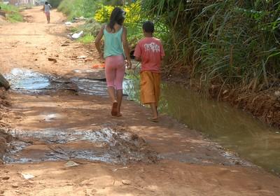 Crianças que vivem em locais de difícil acesso estão mais sujeitas a abandonar os estudos, diz relatório da Unicef (Foto: Valter Campanato/ABr)