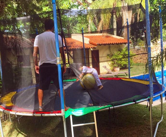 Dom se diverte com o pai no pula-pula da casa nova (Foto: Arquivo Pessoal)