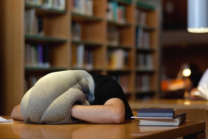Ostrich Pillow é um travesseiro em formato de avestruz para facilitar a soneca (Foto: Divulgação/ Kickstarter)