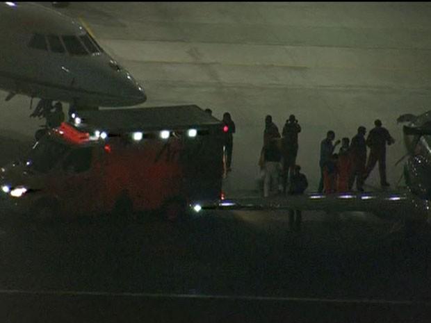 Angélica e Luciano Huck desceram de avião e foram de ambulância até o Albert Einstein (Foto: Reprodução/TV Globo)