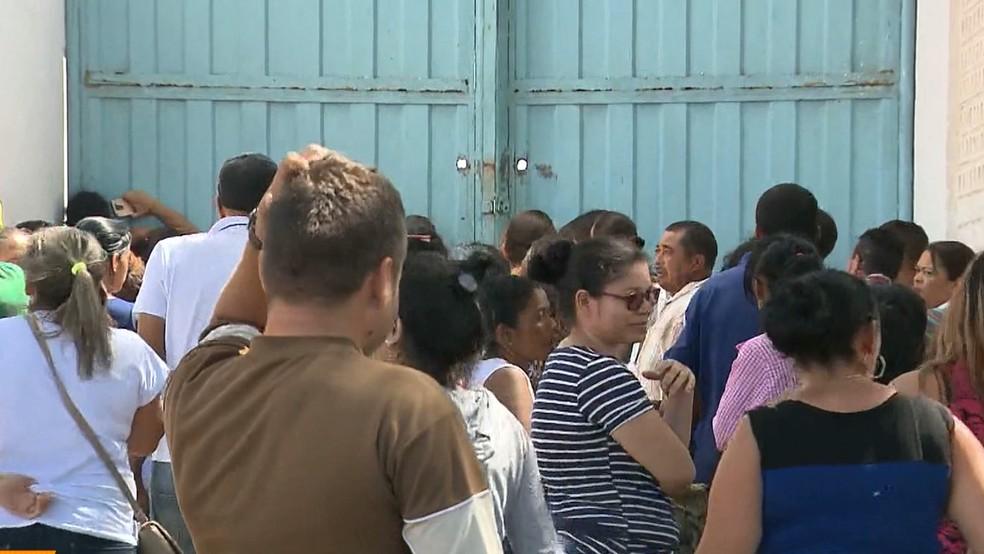 Familiares esperam notícias dos internos após tumulto no Lar do Garoto, no Agreste da Paraíba (Foto: Reprodução/TV Paraíba)