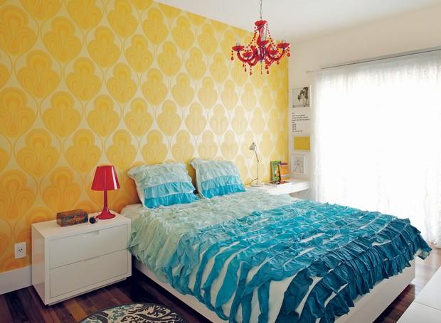 No quarto de Adriana, papel de parede do site Wallpaper From The 70's e colcha da Urban Outfitters, ambos comprados pela internet. (Foto: Victor Affaro)