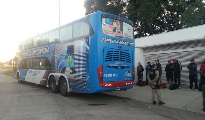 Ônibus do Newell's Old Boys são impedidos de entrar na fronteira com o Brasil (Foto: Divulgação/PRF)