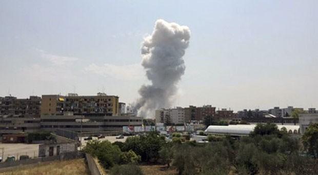 Fumaça é vista após explosão em fábrica de fogos de artifício em Modugno, na Itália, nesta sexta-feira (24) (Foto: Luca Turi/ANSA via AP)