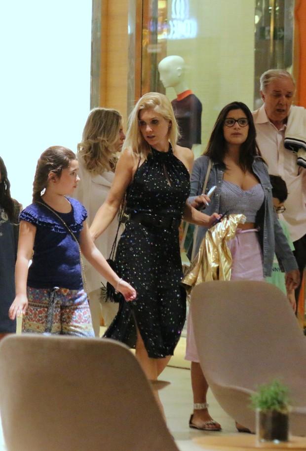 Flavia Alessandra com a família no shopping (Foto: AgNews)