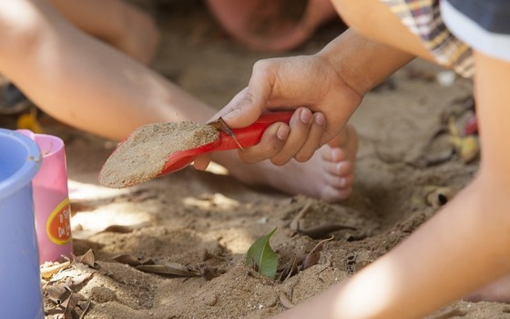 Crianças brincam com elementos naturais. São oportunidades raras no espaço público urbano (Foto: Renata Ursaia - Instituto Alana - divulgação)