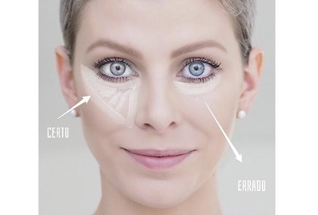 A maquiadora Suelen Johann mostra o jeito correto de passar o corretivo para disfarçar as olheiras (Foto: Reprodução/ Instagram)