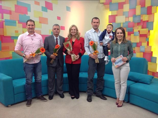 No fim do programa, os pais convidados ganharam flores (Foto: Reprodução)