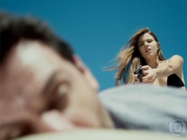 Angel atira várias vezes em Alex (Foto: Reprodução / TV Globo)