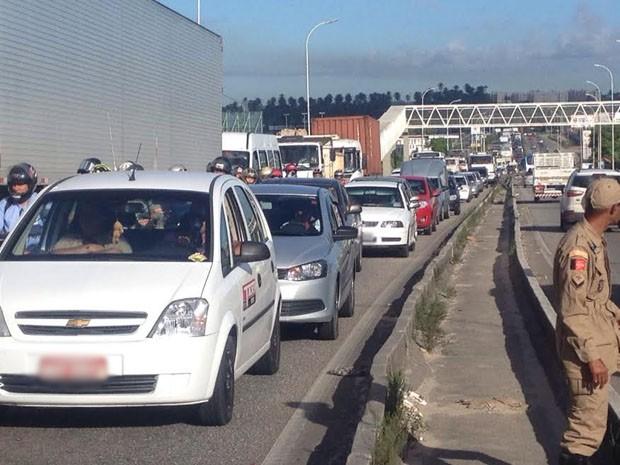 Três motos se envolveram no primeiro acidente, próximo ao viaduto do Oitizeiro (Foto: Walter Paparazzo/G1)