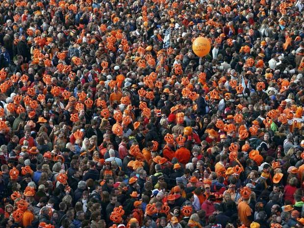 Multidão espera para ver o novo Rei da Holanda. (Foto: Kevin Coombs / Reuters)