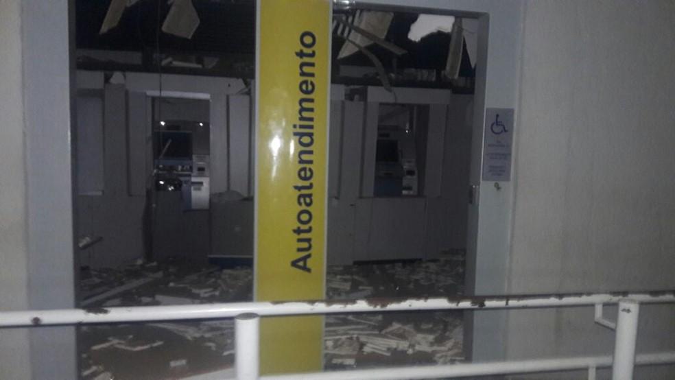 Quadrilha explodiu agência bancária e depois fugiu com reféns  (Foto: Reprodução/TVM)
