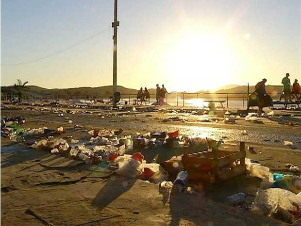 Orla da Praia do Forte amanheceu lotada de lixo (Foto: Reprodução/InterTV)