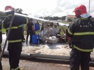 """Segundo bombeiros, pessoas sairem com vida foi """"milagre"""" (Foto: Thais Rezende/ G1)"""