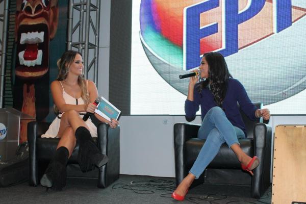 Aline Lima entrevista a atriz Lucy Alves em ação de lançamento de Velho Chico. (Foto: Divulgação EPTV)