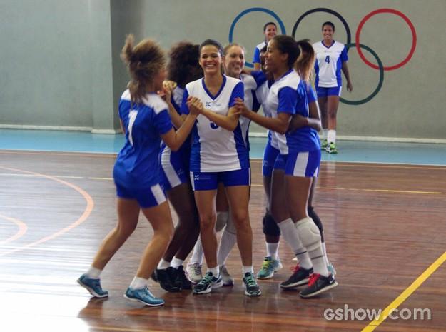 Exibindo ótima forma, Bruna mostra as pernas definidas com shortinho na comemoração de Luiza (Foto: Em Família/ TV Globo)