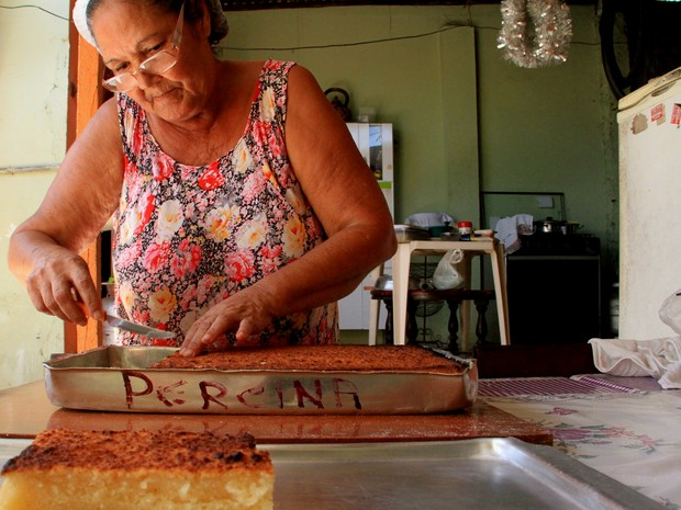 Na casa de Ana Abel toda a família trabalha na fabricação dos bolos (Foto: Waldson Costa/G1)