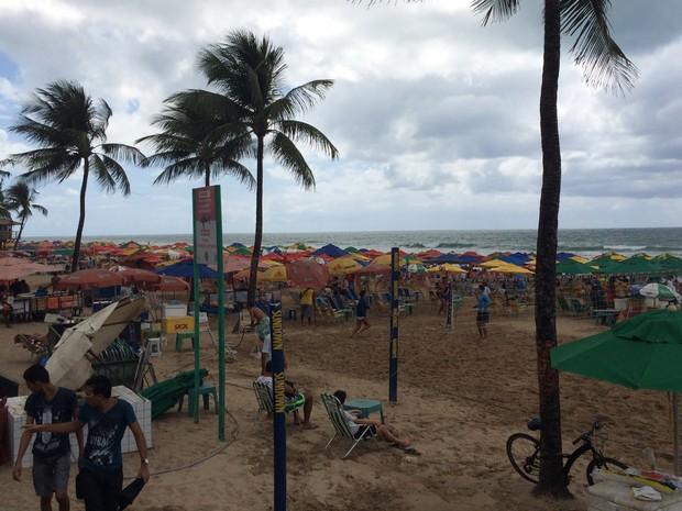 Dia nublado não afeta disposição de quem quer aproveitar o feriado na praia de Boa Viagem (Foto: Thays Estarque/G1)