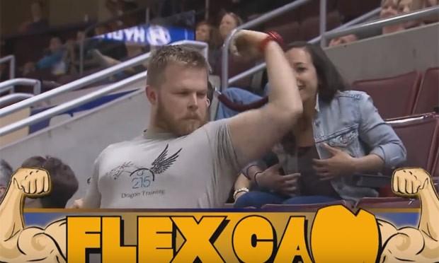 Rapaz foi focado pela câmera e se levantou para exibir músculos (Foto: Reprodução/YouTube/Phillysoulfootball)