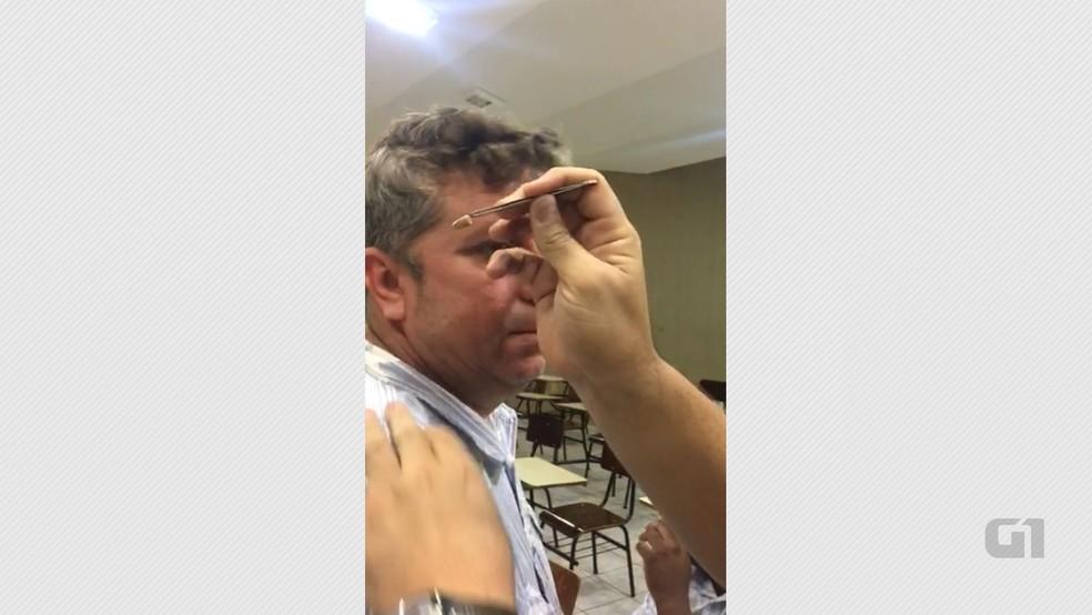 Suspeitos foram presos com ponto eletrônico durante prova do concurso do MPRN (Foto: Lucas Sá/DDF João Pessoa)