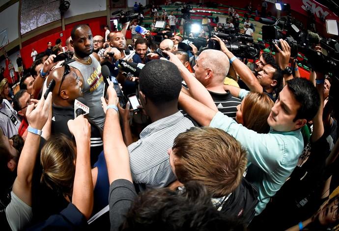 LeBron James cercado por jornalistas durante entrevista no ginásio do Flamengo (Foto: Alexandre Loureiro/Inovafoto)