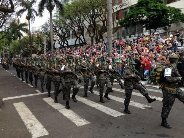 Desfile de Sete de Setembro em Maringá  (Foto: Sandro Ivanowski / RPC)