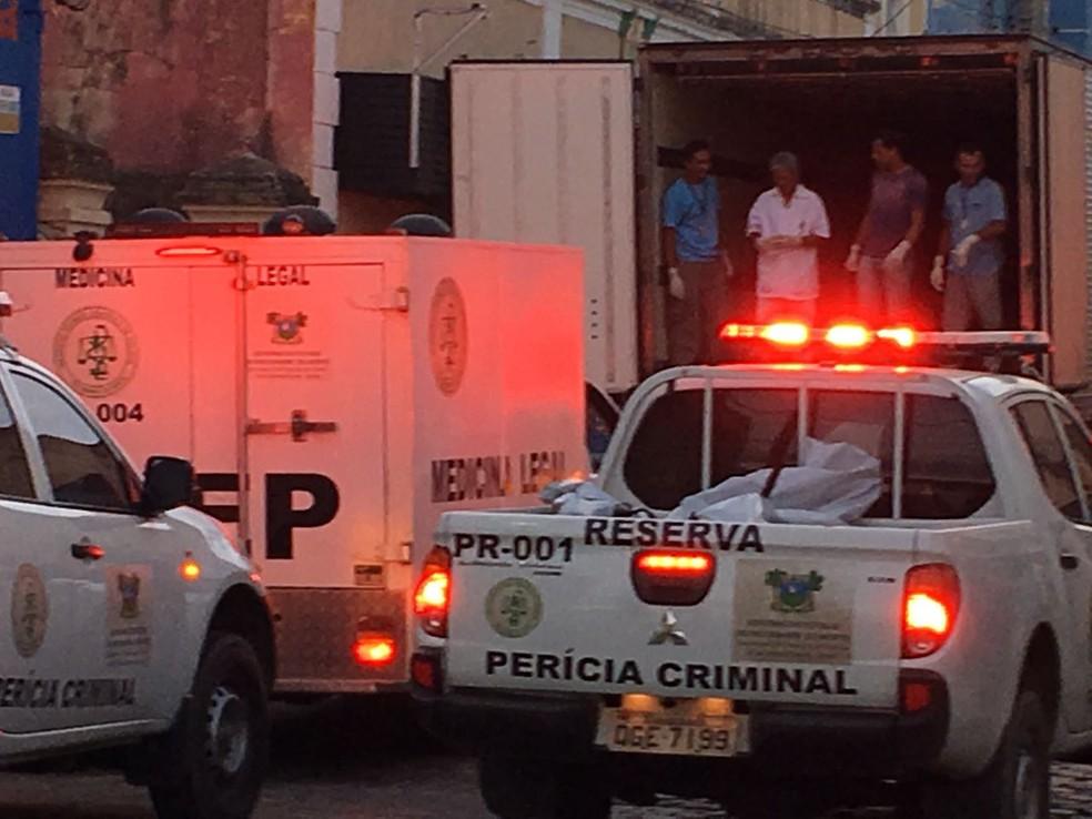 Corpos recolhidos depois da matança foram levados para o Itep em Natal (Foto: Emmily Virgílio/Inter TV Cabugi )