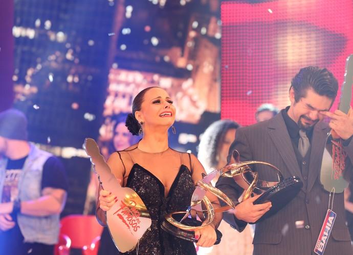 Viviane Araújo e Marcelo Grangeiro choraram ao receber o troféu do 'Dança' (Foto: Carol Caminha/Gshow)