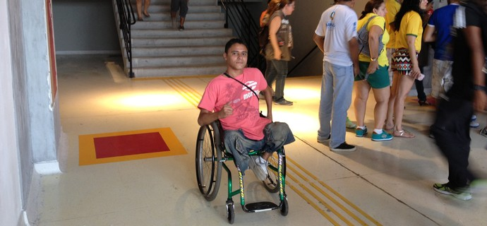 Igor Falcão não consegue ficar parado e dá uma volta no intervalo (Foto: Bruno Willemon)