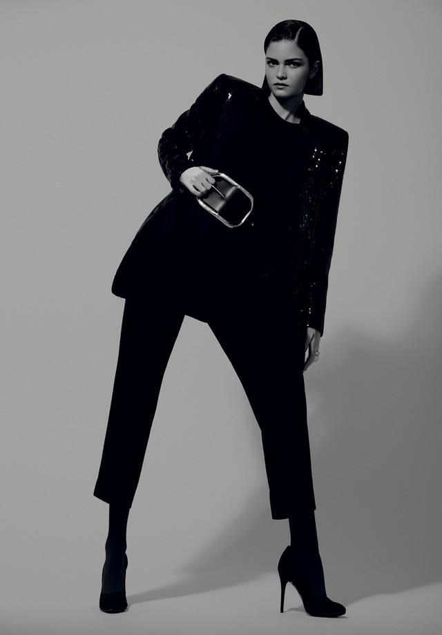 Blazer, R$ 3.497, e calça, R$ 1.994, ambos Reinaldo Lourenço; top, R$ 359, Le Lis Blanc. Anel maior, R$ 56.160, e anel menor, R$ 48.360, ambos Montecristo; meias, Fogal; escarpins, R$ 400, Carmen Steffens (Foto: Rafael Pavarotti)