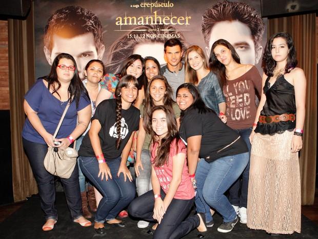 Taylor Lautner (ao centro) posa com parte dos fãs que participaram do encontro com um dos astros da saga 'Crepúsculo', nesta quarta (24), no Rio (Foto: Rogerio Resende/Divulgação)