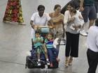 Juliana Paes desembarca com a família no Rio
