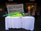 Modelo protesta na Austrália contra uso de pele de crocodilo em bolsas