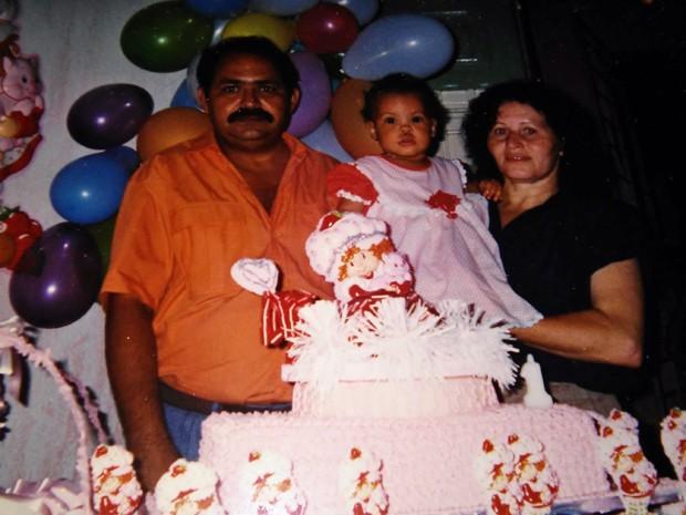 Nascida no mesmo dia que as cidades de Olinda e Recife, Ilkênia desde criança come o bolo em casa e também o de Olinda (Foto: Ilkênia Maranhão / Arquivo pessoal)