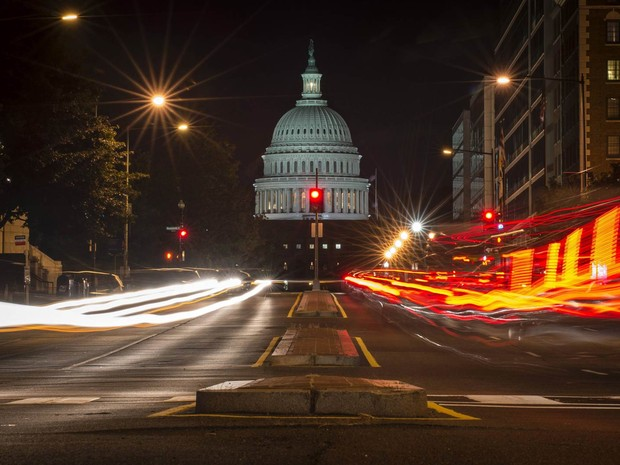 O Capitólio é visto por trás de um sinal vermelho em Washington DC, nos EUA. O  Congresso americano não chegou a um acordo sobre orçamento na noite de segunda-feira (1º) e 'parou' o governo. (Foto: James Lawler Duggan/Reuters)