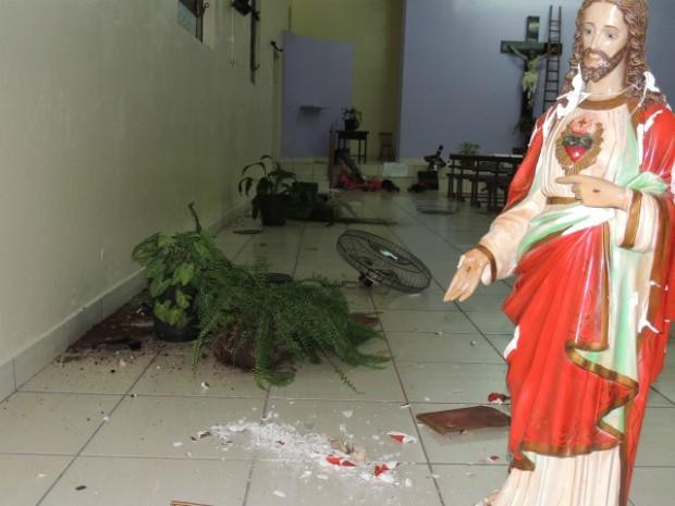 Maior destruição foi dentro da Igreka Católica da comunidade (Foto: Ponto da Notícia)