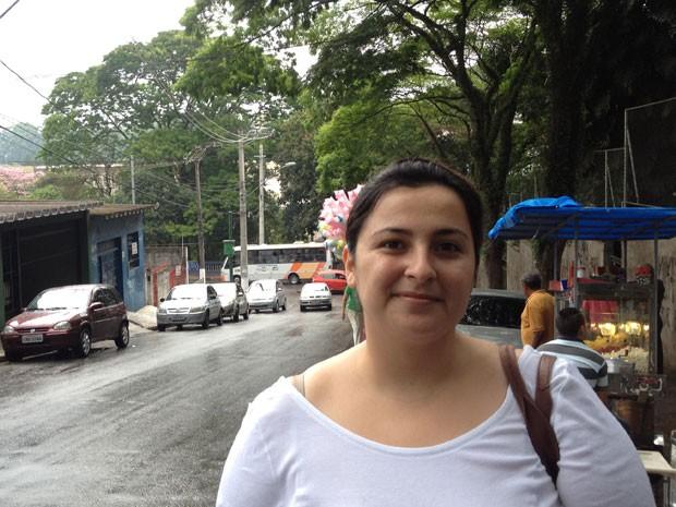 Marcela Granda, 23, vota em Embu das Artes e teve problema para a digital ser identificada pelo sistema biométrico. (Foto: Olivia Florência/ G1)