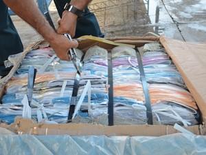 Em cada caixa de camisa havia pelo menos 300 unidades (Foto: Valéria Oliveira/G1)
