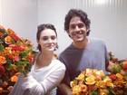 Isabelle Drummond e Marco Pigossi fazem arranjos de flores