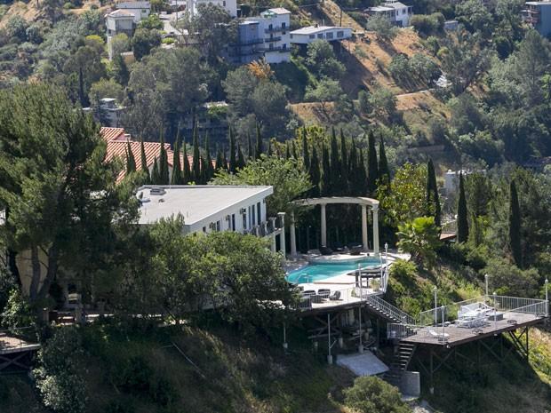 Casa com piscina em Hollywood Hills, próximo a Los Angeles (Foto: AP Photo/Damian Dovarganes)