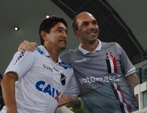 Ídolo do ABC e do Santa Cruz, Sérgio China atende torcedor na Arena das Dunas (Foto: Augusto Gomes/GloboEsporte.com)