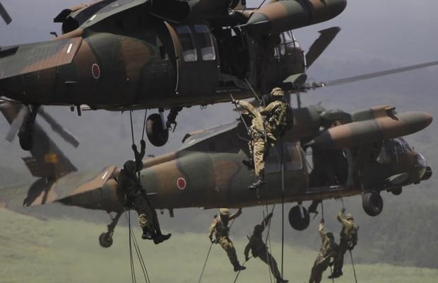 Foto de 2012 mostra as Forças de Autodefesa do Japão fazendo exercícios militares ao lado de tropas americanas (Foto: Koji Sasahara/AP)